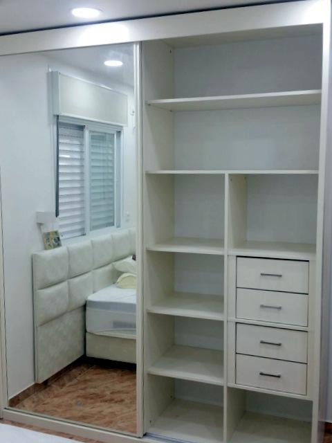 ארון הזזה לבן עם דלת מראה