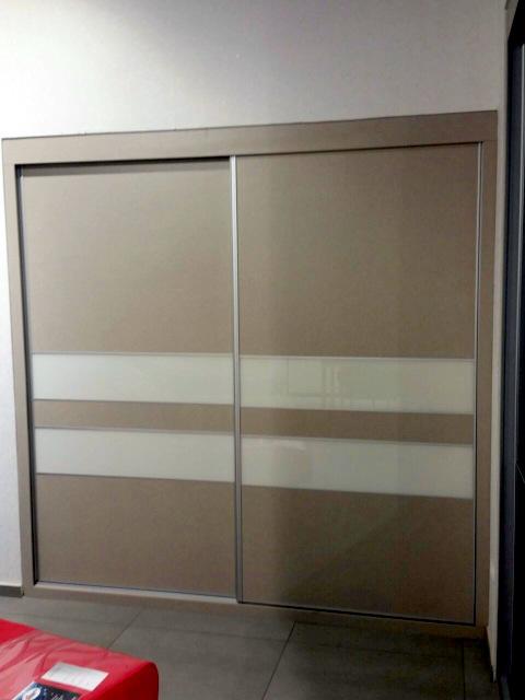 ארון בהתאמה אישית דלתות הזזה משולבות 2 צבעים