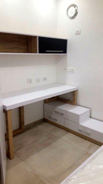 חדר נוער בצבע לבן עם שילוב עץ