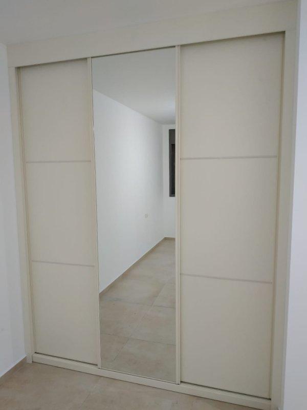 ארון הזזה לבן עם מראה