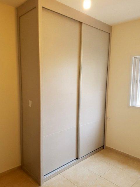 ארון הזזה עם סגירות תקרה