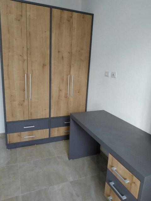 חדר נוער בצבעי עץ ואפור